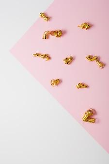 Contrasterende achtergrond met gouden linten