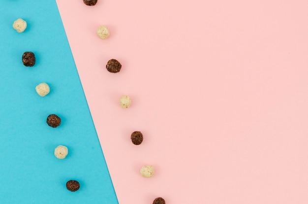 Contrasterende achtergrond met schattige gekleurde ontbijtgranen
