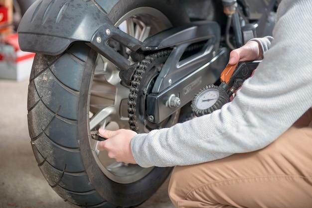 Controle van de bandenspanning van de motorfiets