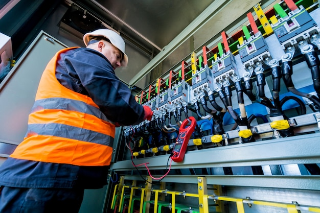 Controle van de bedrijfsspanningsniveaus van de schakelkast van het zonnepaneel