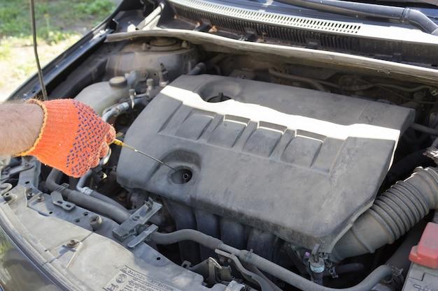 Controle van het oliepeil in de motorblokkast