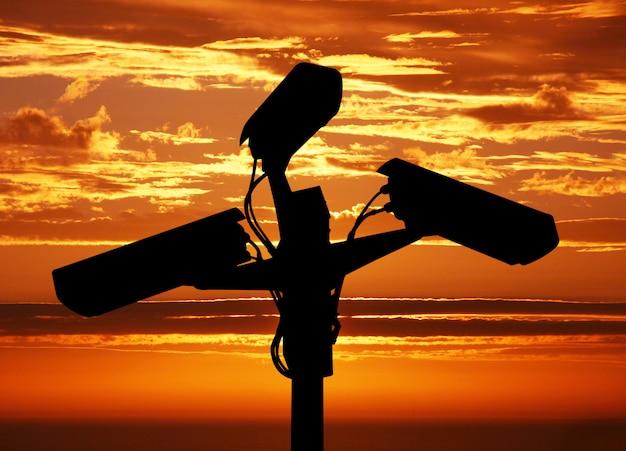 Controlecamera op zonsondergangachtergrond