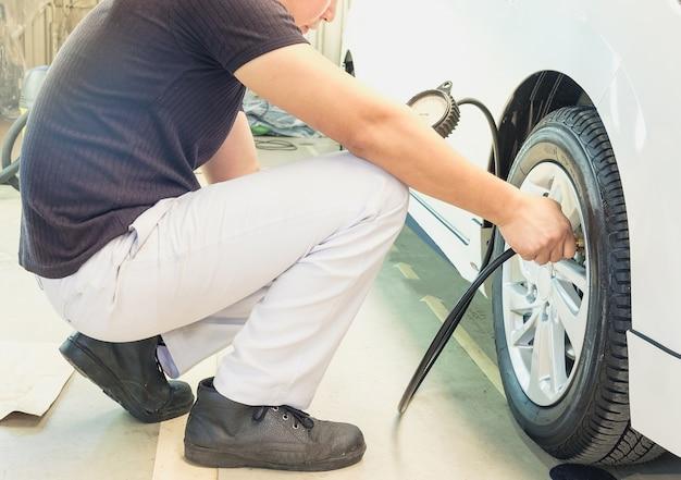 Controleer de bandenspanning met bandenmeter normen. de veilige reis.