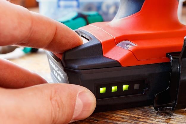 Controleer het batterijniveau van de schroevendraaier
