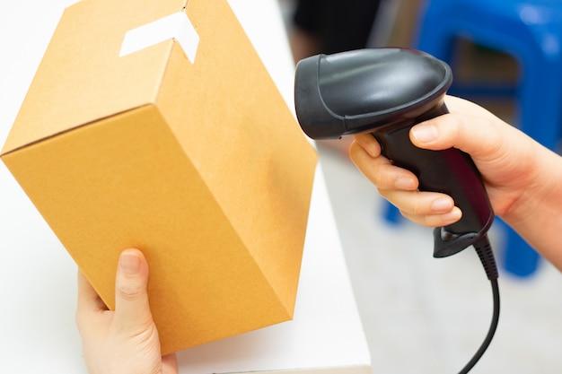 Controleer het magazijn van de voorraadscan barcode box