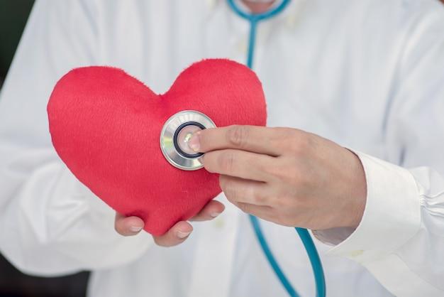 Controleer je hart met een dokter aan het witte bureau.