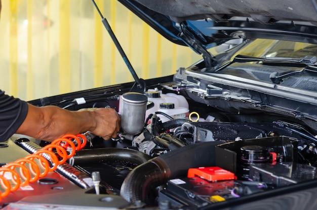 Controleer om de auto schoon te maken.