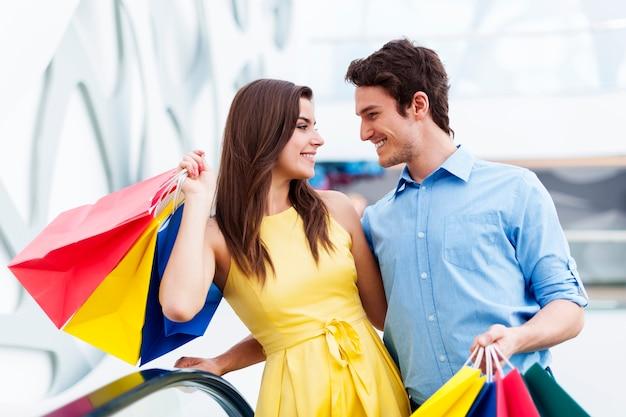 Converserend paar over winkelen