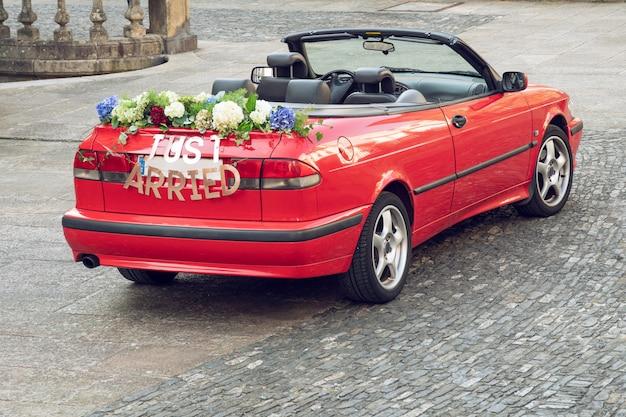 Convertibele auto van het huwelijk met een gewoonte teken