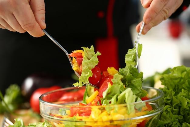 Cook houdt vork in de hand en mengt