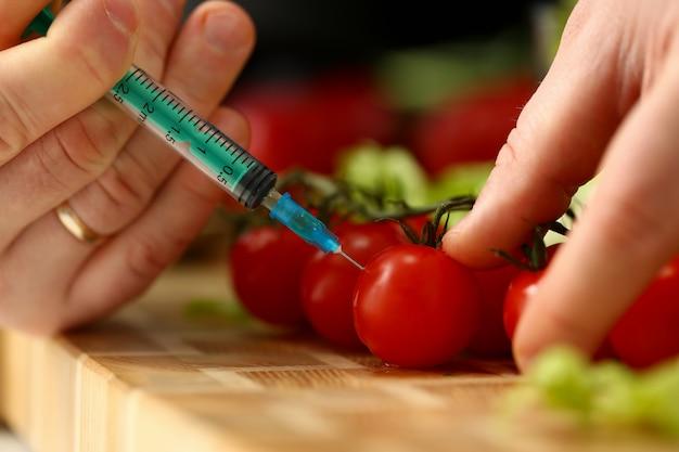 Cook in kitchen introduceert geheim ingrediënt