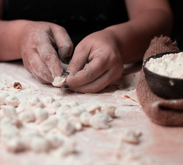 Cook maakte dushbara-maaltijd, dough with meat