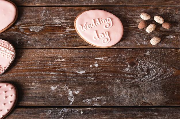 Cookie met teken van de huwelijksdag op hout vrije ruimte.