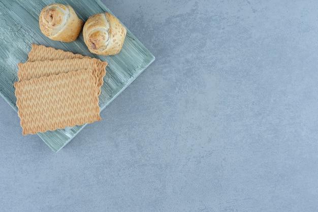 Cookies op een houten bord over grijze achtergrond.