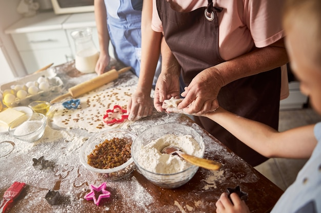 Cookies vormen met familieleden is leuk