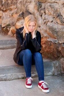 Cool blond meisje buiten zitten
