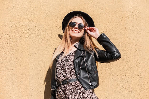 Cool hipster student vrouw brillen bril. kaukasisch glimlachend gelukkig vrouwelijk model in mode-look op straat