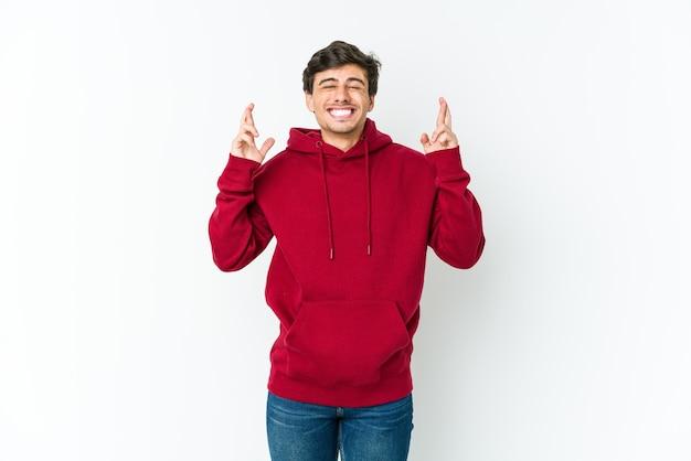 Cool jongeman kruising vingers voor geluk