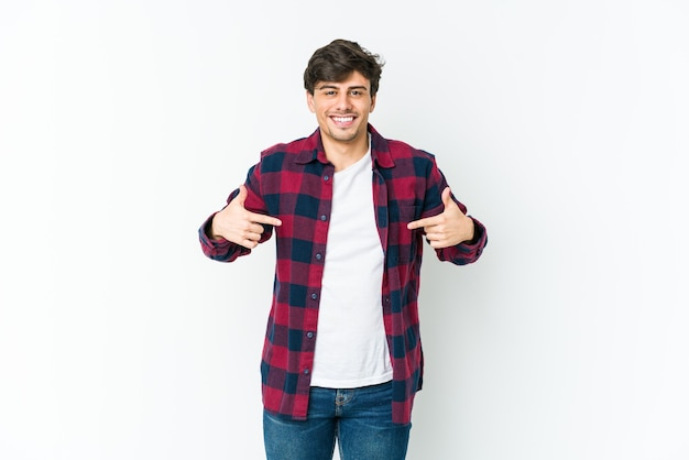 Cool jongeman persoon met de hand wijzend naar een shirt kopie ruimte, trots en zelfverzekerd