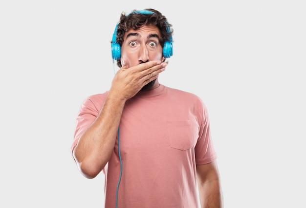 Cool jongeman uiten met een koptelefoon