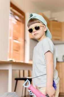 Cool kind draagt een zonnebril