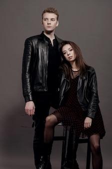 Cool man en vrouw op grijs