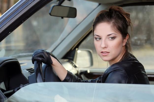 Cool meisje in de auto