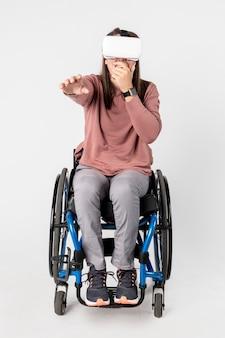Cool meisje in een rolstoel die een vr-headset ervaart