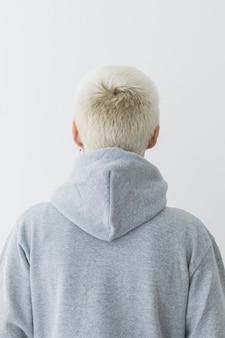 Cool meisje met een grijze hoodie