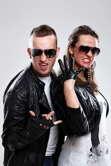 Cool paar in leren kleding