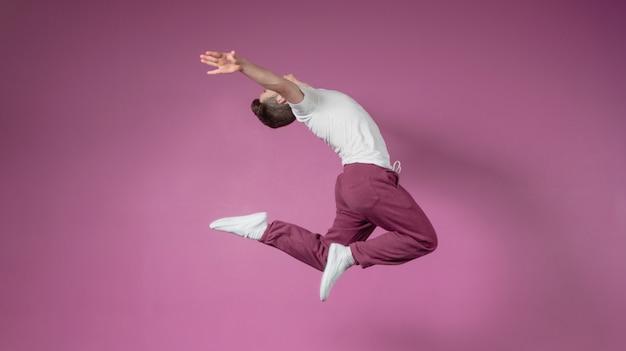 Coole breakdanser die omhoog springt
