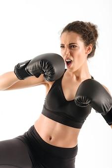 Coole schreeuwende krullende brunette fitness vrouw