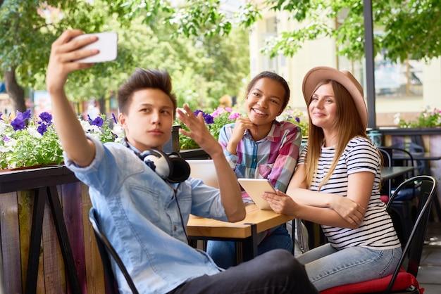 Coole vrienden nemen selfie in café