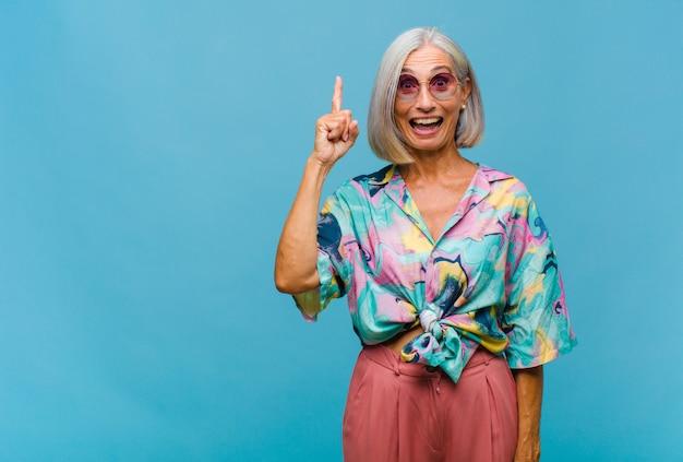 Coole vrouw van middelbare leeftijd die zich blij en opgewonden voelt
