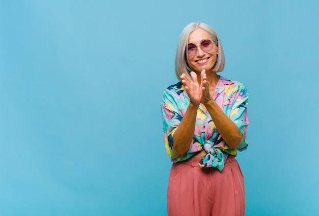 Coole vrouw van middelbare leeftijd die zich gelukkig en succesvol voelt