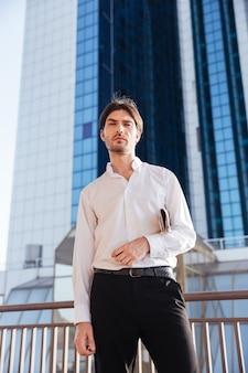 Coole zakenman in de stad