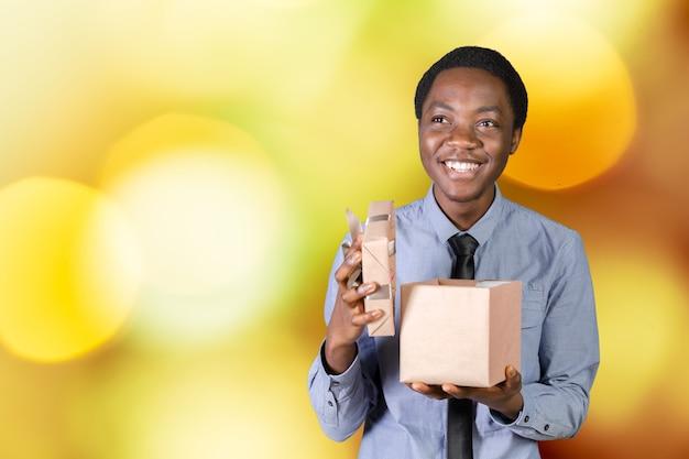 Coole zwarte man met een cadeau