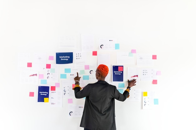 Coole zwarte zakenvrouw die een marketingstrategie plant