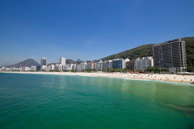 Copacabana-strand in de zomerdag in rio de janeiro, brazilië.