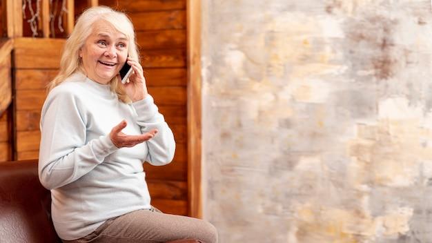 Copy-ruimte met vrouw praten via de telefoon