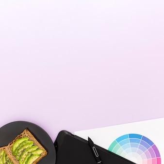 Copy-space avocado voor het ontbijt