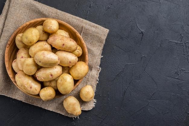 Copy-space biologische aardappelen op tafel