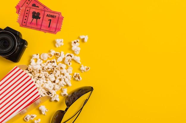 Copy-space bioscoopkaartjes en popcorn