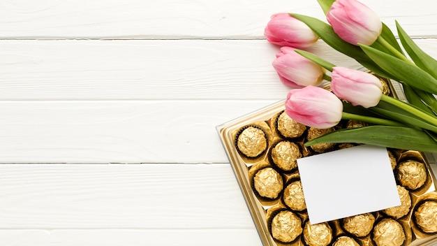Copy-space bloemen en chocolade