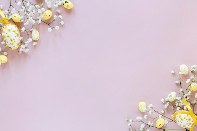 Copy-space bloemen en eieren op tafel