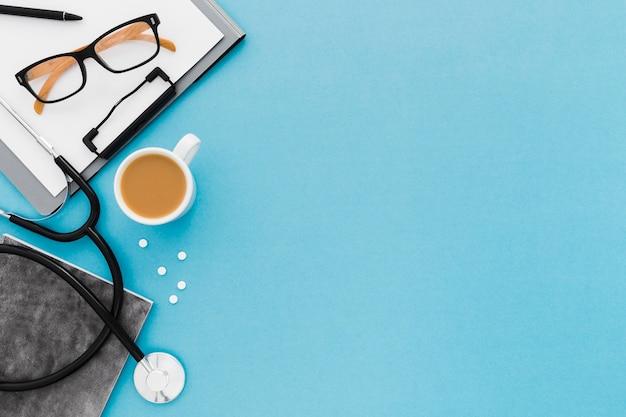 Copy-space bril en stethoscoop op het bureau