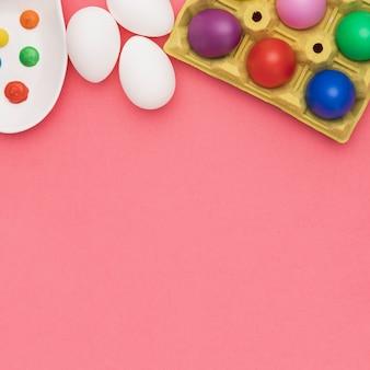 Copy-space gekleurde eieren op tafel