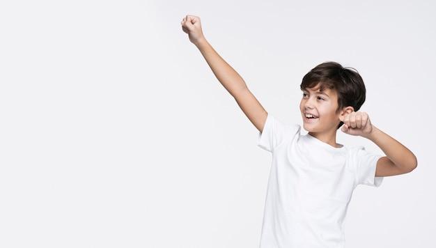 Copy-space gelukkige jonge jongen