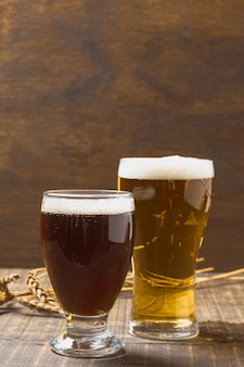 Copy-space glazen met bier met schuim