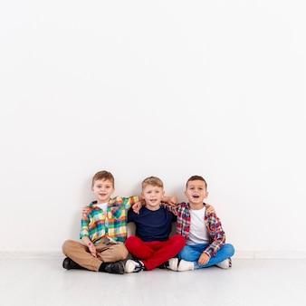 Copy-space groep jongens op de vloer